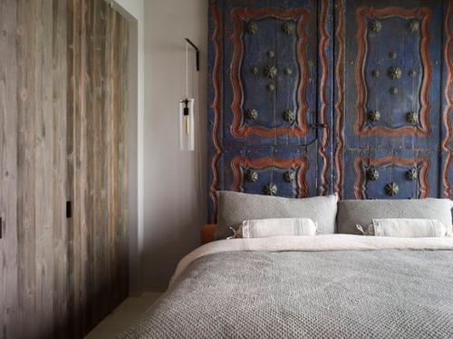 dormitorio-cabecero-hecho-con-puertas-antiguas-tailandesas